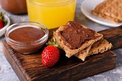 薄脆饼干传播了与巧克力榛子装填和草莓 免版税库存照片
