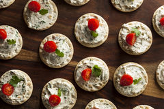 薄脆饼干和乳酪开胃小菜 库存照片