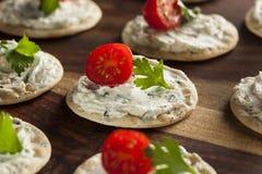 薄脆饼干和乳酪开胃小菜 免版税库存图片
