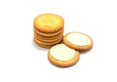 薄脆饼干在白色背景的曲奇饼奶油 库存照片