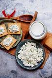 薄脆饼干曲奇饼用酸奶干酪和杯牛奶 免版税库存图片