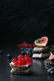 黑薄脆饼干用乳酪和莓果 免版税库存照片