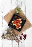 薄脆饼干用烤胡椒、辣椒和牛至 库存图片