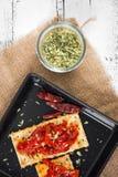 薄脆饼干用烤胡椒、辣椒和牛至 图库摄影