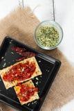 薄脆饼干用烤胡椒、辣椒和牛至 库存照片