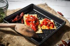 薄脆饼干用烤胡椒、辣椒和牛至 免版税库存图片