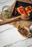 薄脆饼干用烤胡椒、辣椒和牛至 免版税图库摄影
