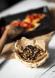 薄脆饼干用烤胡椒、辣椒和牛至 免版税库存照片