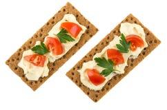 薄脆饼干用熔化乳酪,蕃茄,在whi隔绝的荷兰芹 库存照片