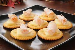 薄脆饼干用瑞士乳酪和熏制的火鸡 库存图片