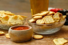 薄脆饼干用调味汁和啤酒 库存图片