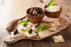 薄脆饼干用软干酪和橄榄 开胃菜干酪新鲜的被磨碎的健康蕃茄 免版税库存图片