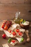 薄脆饼干用软干酪和蕃茄 开胃菜干酪新鲜的被磨碎的健康蕃茄 免版税库存图片