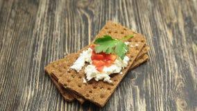 薄脆饼干用软的酸奶干酪和红辣椒 股票视频