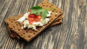 薄脆饼干用软的酸奶干酪和红辣椒 影视素材