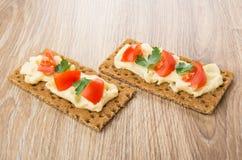 从薄脆饼干的三明治用熔化乳酪,蕃茄,荷兰芹 库存图片