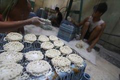 薄脆饼干的生产 免版税图库摄影