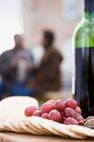 薄脆饼干葡萄和一个瓶酒 免版税图库摄影