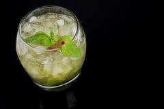 薄荷朱利酒如从上面被看见在黑背景 图库摄影