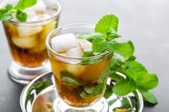 薄荷朱利酒鸡尾酒用波旁酒、冰和薄菏在玻璃 免版税库存照片