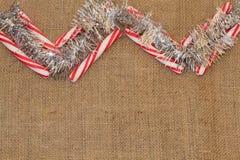 薄荷棍子和闪亮金属片在粗麻布的雪佛 免版税图库摄影