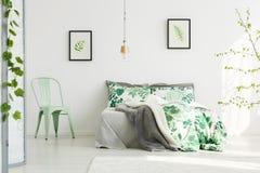 薄荷的椅子在富启示性的卧室 库存图片