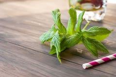 薄菏和鸡尾酒黏附-草莓mojito的成份 免版税图库摄影