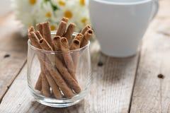 薄酥饼卷在木桌黏附奶油色卷用咖啡 Selecti 免版税图库摄影