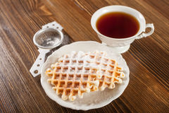 薄酥饼和茶 免版税库存照片