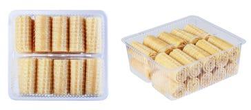 薄酥饼在塑胶容器,在一白色backgroun的孤立滚动 库存照片