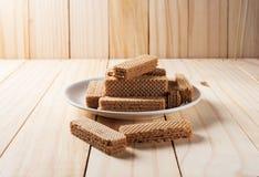 薄酥饼用在白色板材的巧克力 免版税库存照片