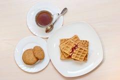 薄酥饼用果酱和咖啡 免版税库存图片
