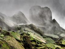 薄雾云彩包围尼亚加拉瀑布-纽约生苔岩石-美国 库存图片