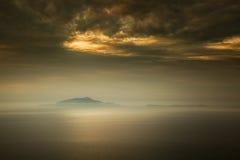 薄雾包围Isola d'Ischia和普罗奇达意大利海岛  库存图片