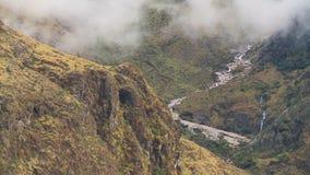 薄雾和多山峰顶 股票视频