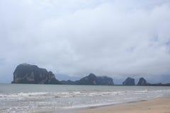 薄雾和雾在雨以后海上靠岸 免版税库存照片