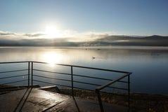 薄雾在与反射的清早在湖山中 库存图片