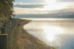 薄雾在与反射的清早在湖山中 免版税库存照片