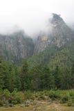 薄雾在山山顶落在Paro (不丹)附近 库存照片