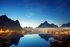 薄雾在日落时间雷讷村庄, Lofoten海岛,挪威 库存照片