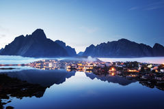 薄雾在日落时间雷讷村庄, Lofoten海岛 库存图片