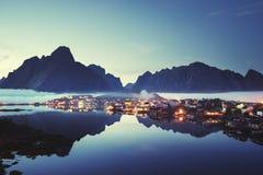 薄雾在日落时间雷讷村庄, Lofoten海岛 免版税库存图片