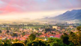 薄雾在雨以后的村庄早晨 免版税库存图片