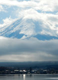 薄雾富士山盖子上面  免版税库存照片