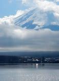 薄雾富士山盖子上面  图库摄影