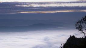 薄雾山冬天北部泰国 免版税库存图片