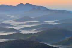 薄雾山前面轻的海  免版税图库摄影