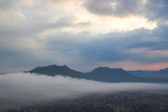 薄雾山 库存照片