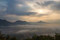薄雾山 库存图片