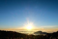 薄雾日出海在Chaingmai,泰国的 库存照片
